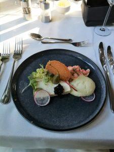 Taartje van kabeljauw en Nicola aardappel met rivierkreeft, radijs, een koriander kletskopje en schuim van Japanse vissaus