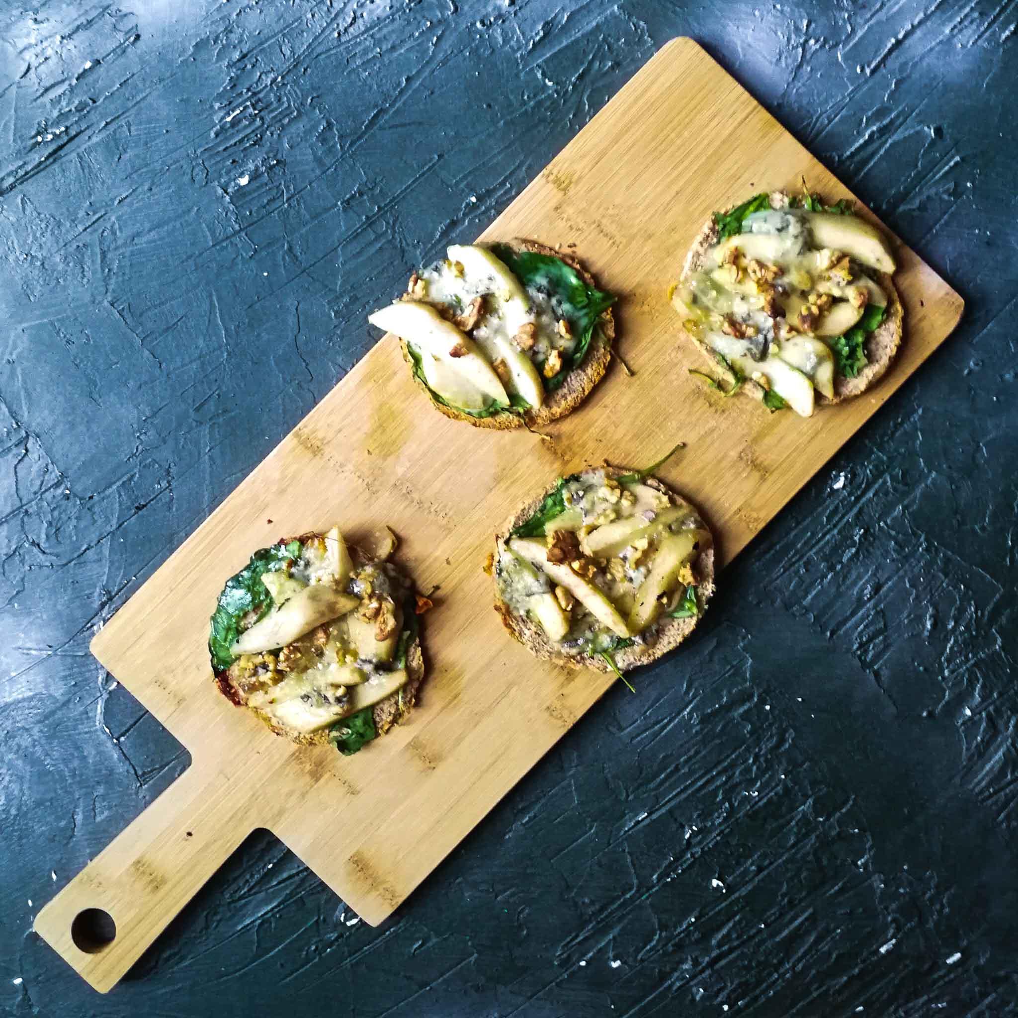 Pitasnacks met spinazie, peer, gorgonzola en walnoten