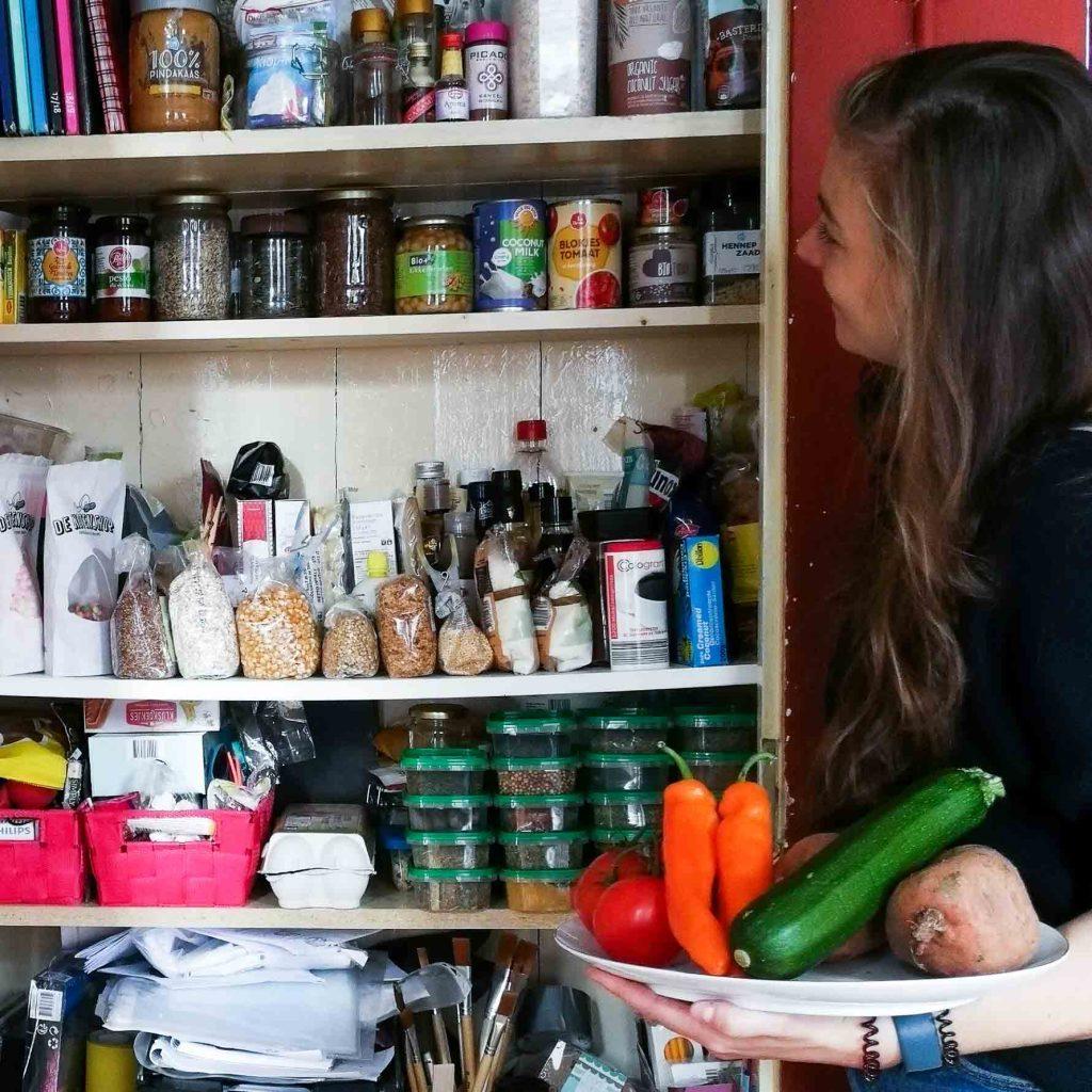 Voedselverspilling restjes voorraadkast