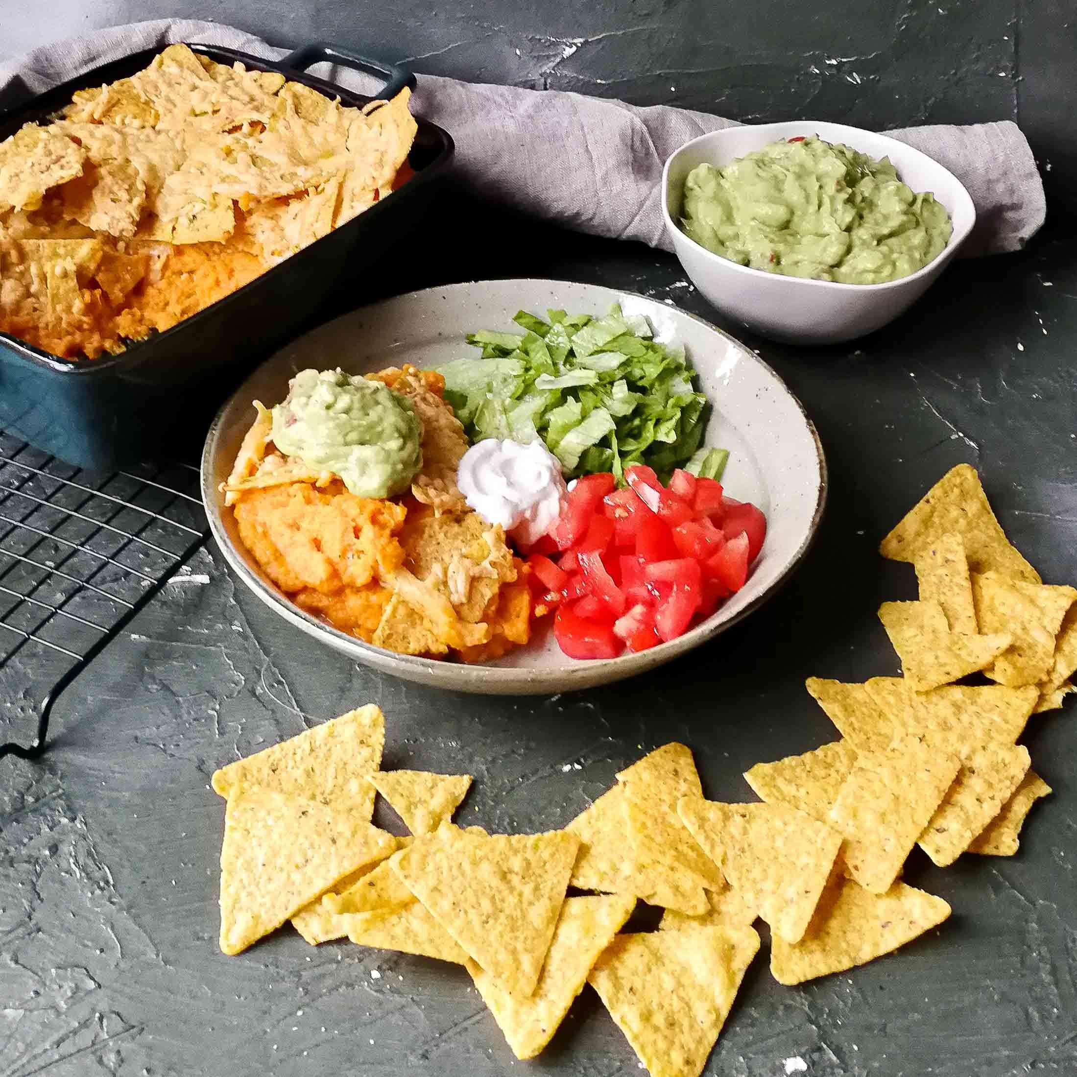 Zoeteaardappelschotel met nacho's, kaas en guacamole
