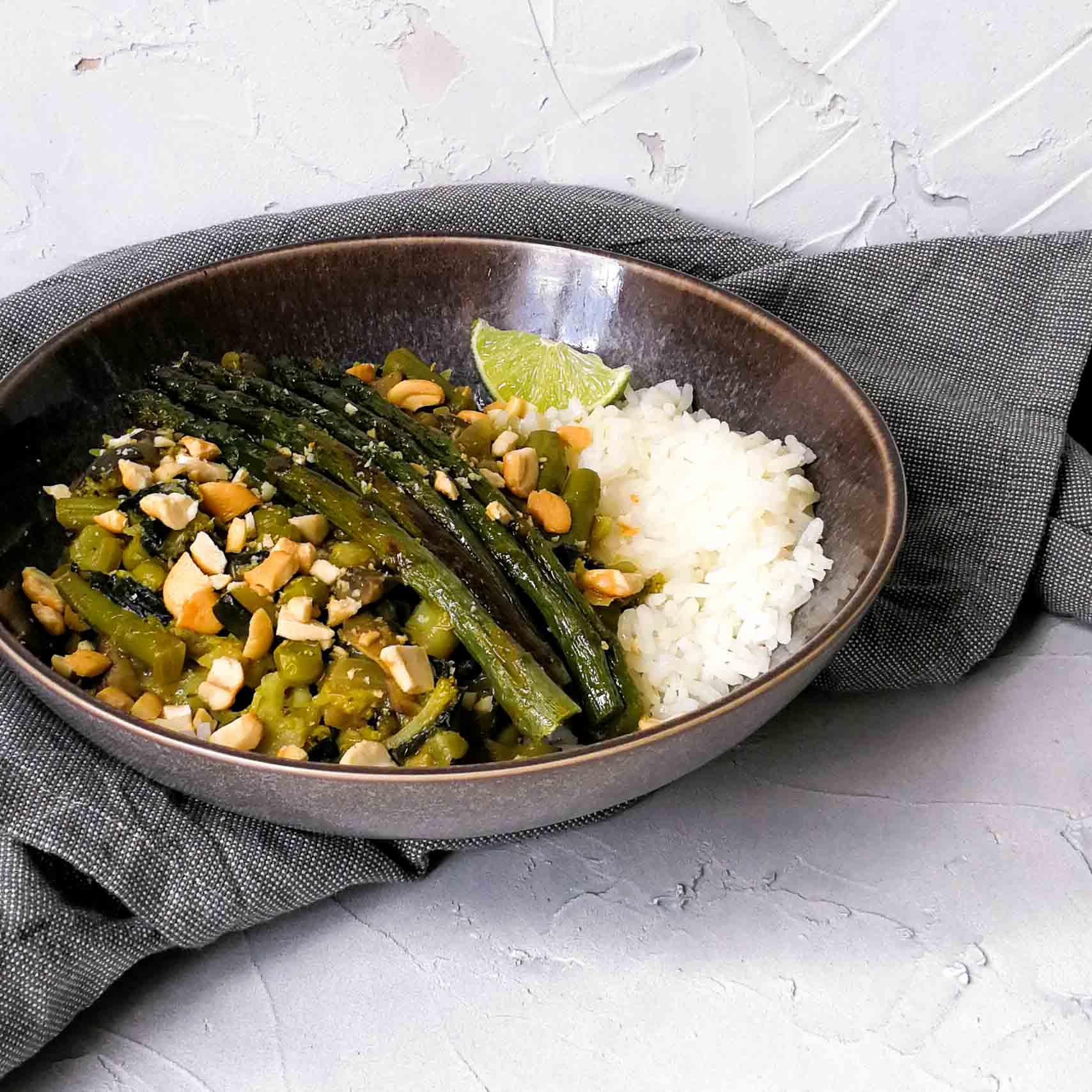 Groene curry met asperges, limoen en cashewnoten