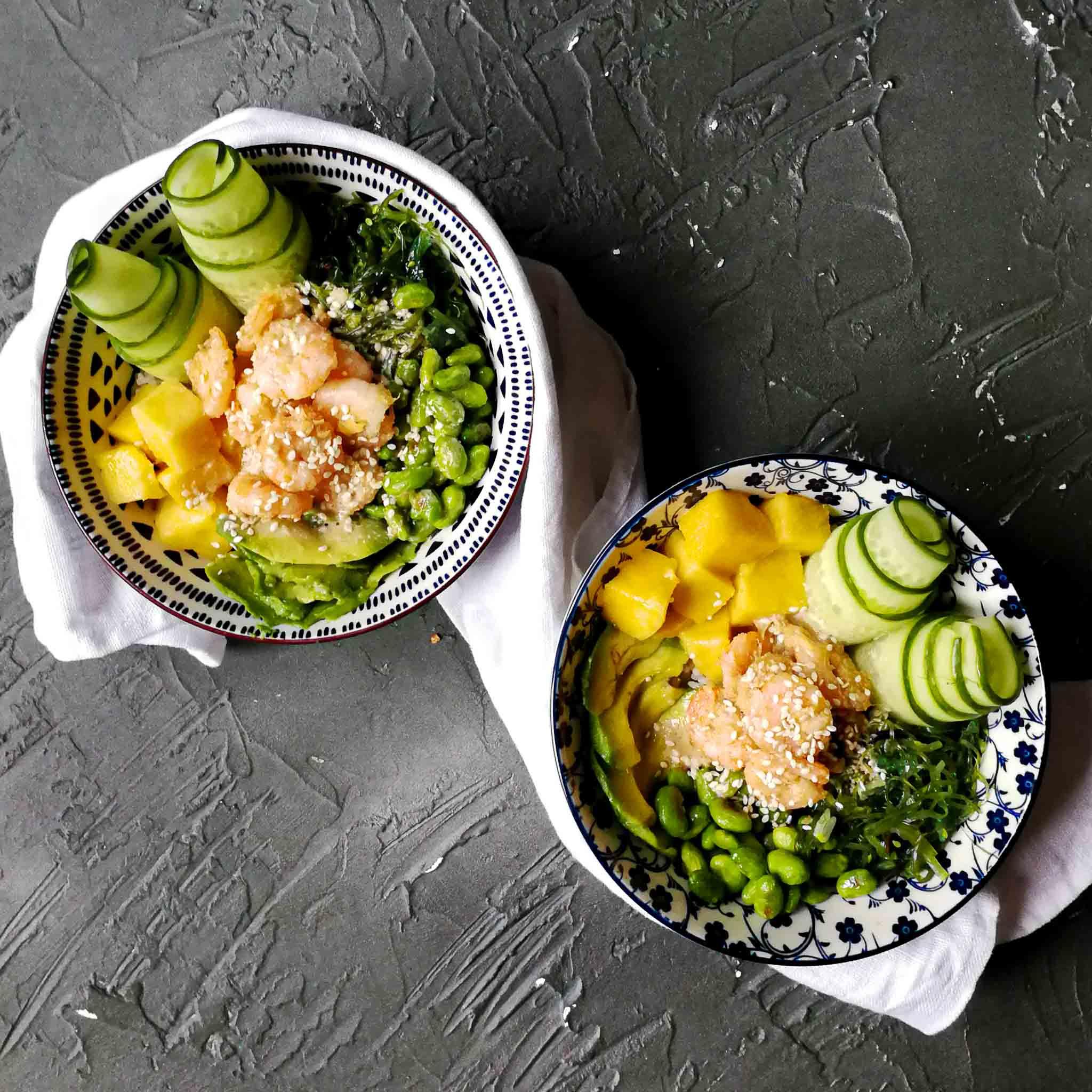 Pokébowl met gemarineerde garnalen en wakame