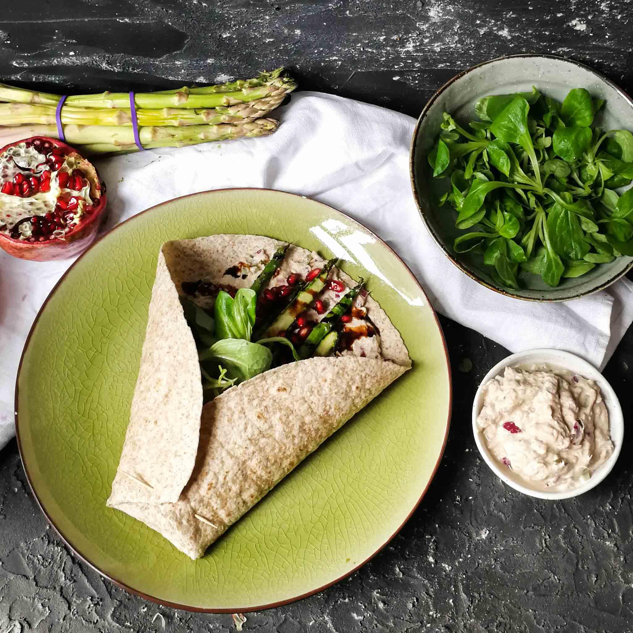 Wraps met tonijnsalade, asperges en granaatappel