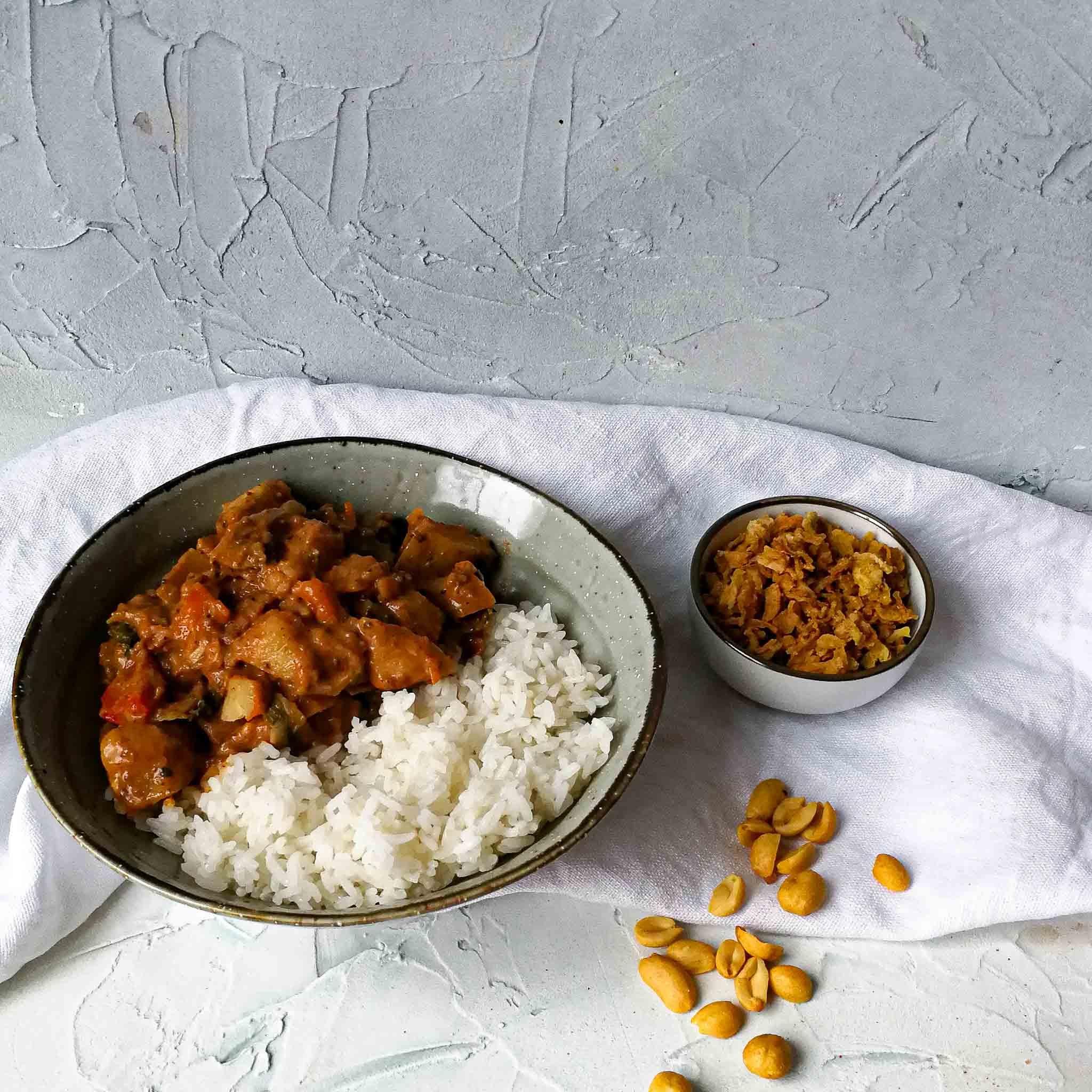 Surinaamse pindacurry met paksoi, champignons en paprika