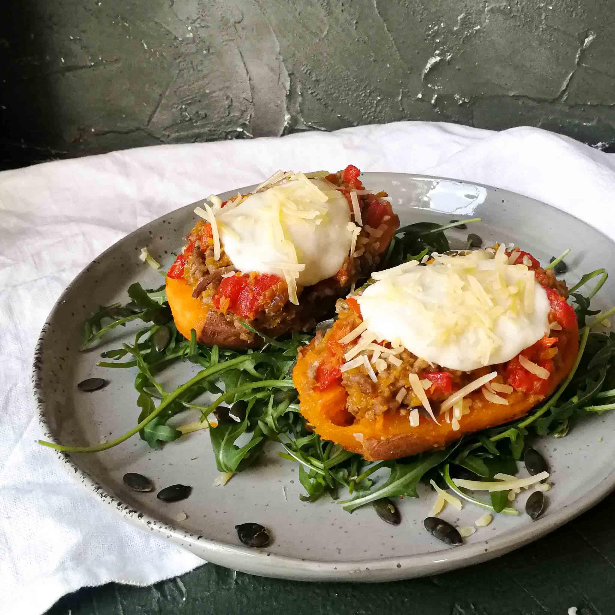 Gepofte zoete aardappel met gehakt en geroosterde paprika