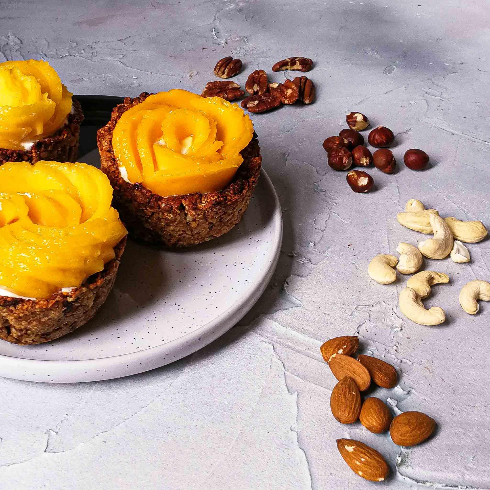 Dadel-notenbakjes met yoghurt en mango