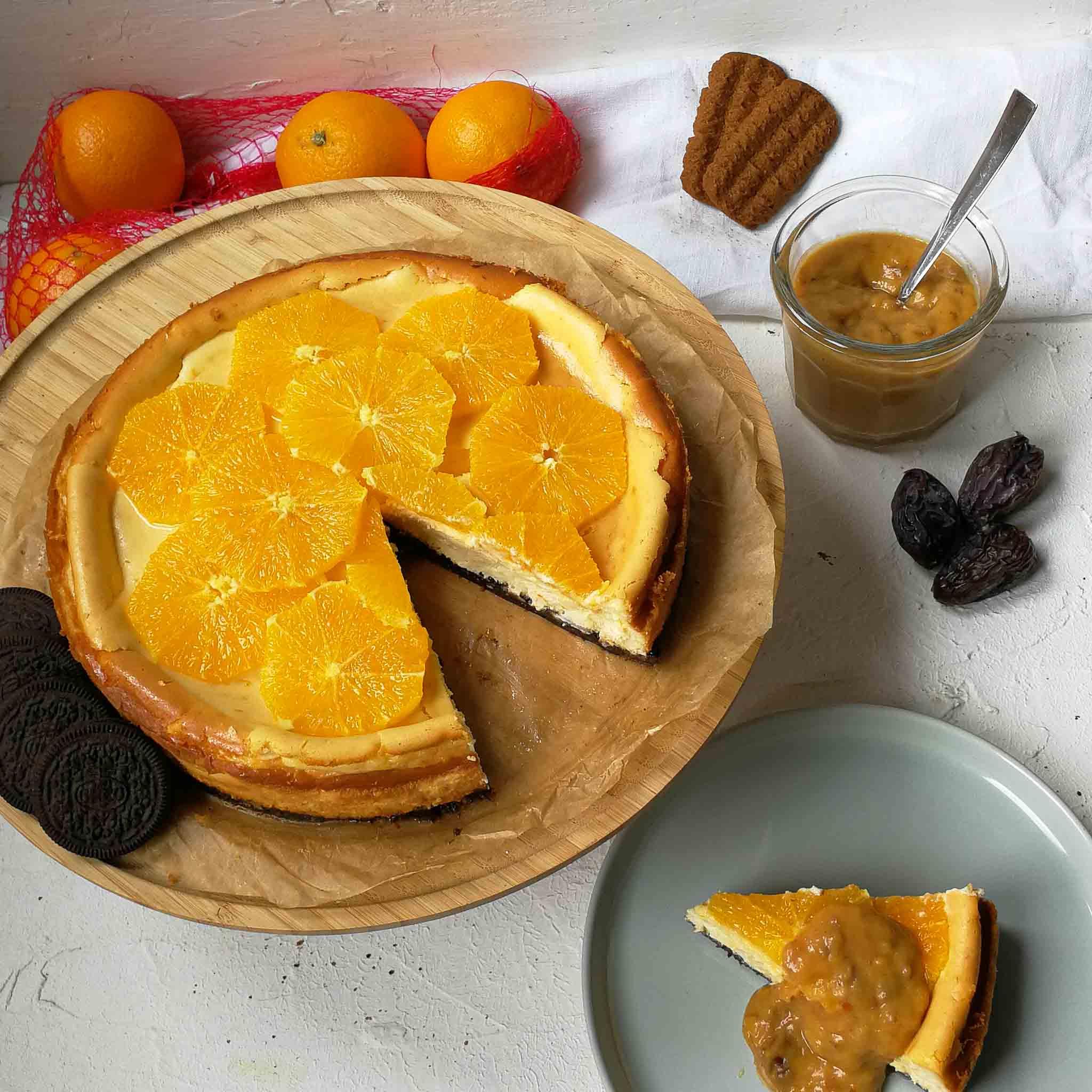 Sinaasappel cheesecake met limoen-dadelsaus