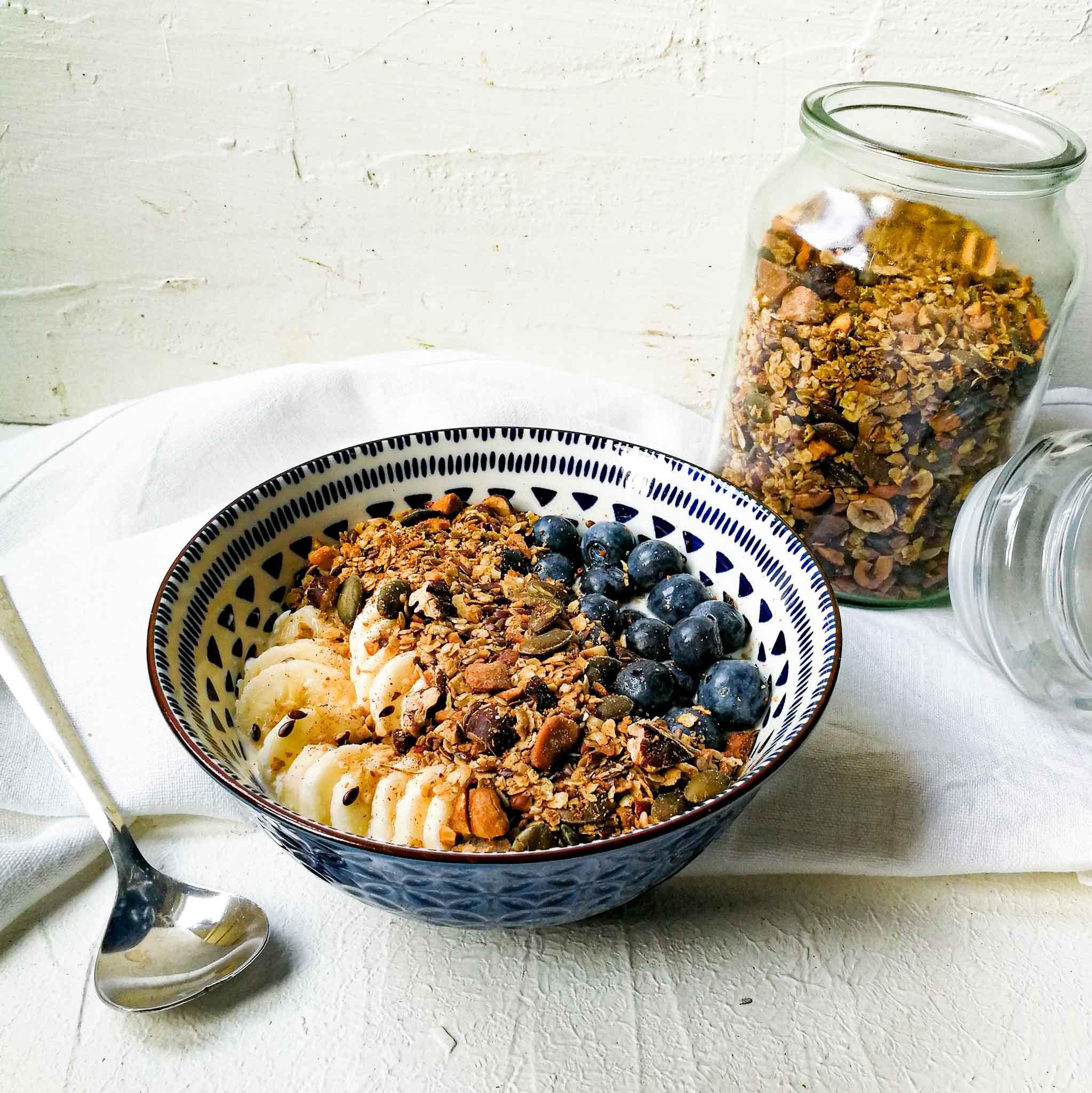 Granola met verschillende noten, havermout en baharat kruiden