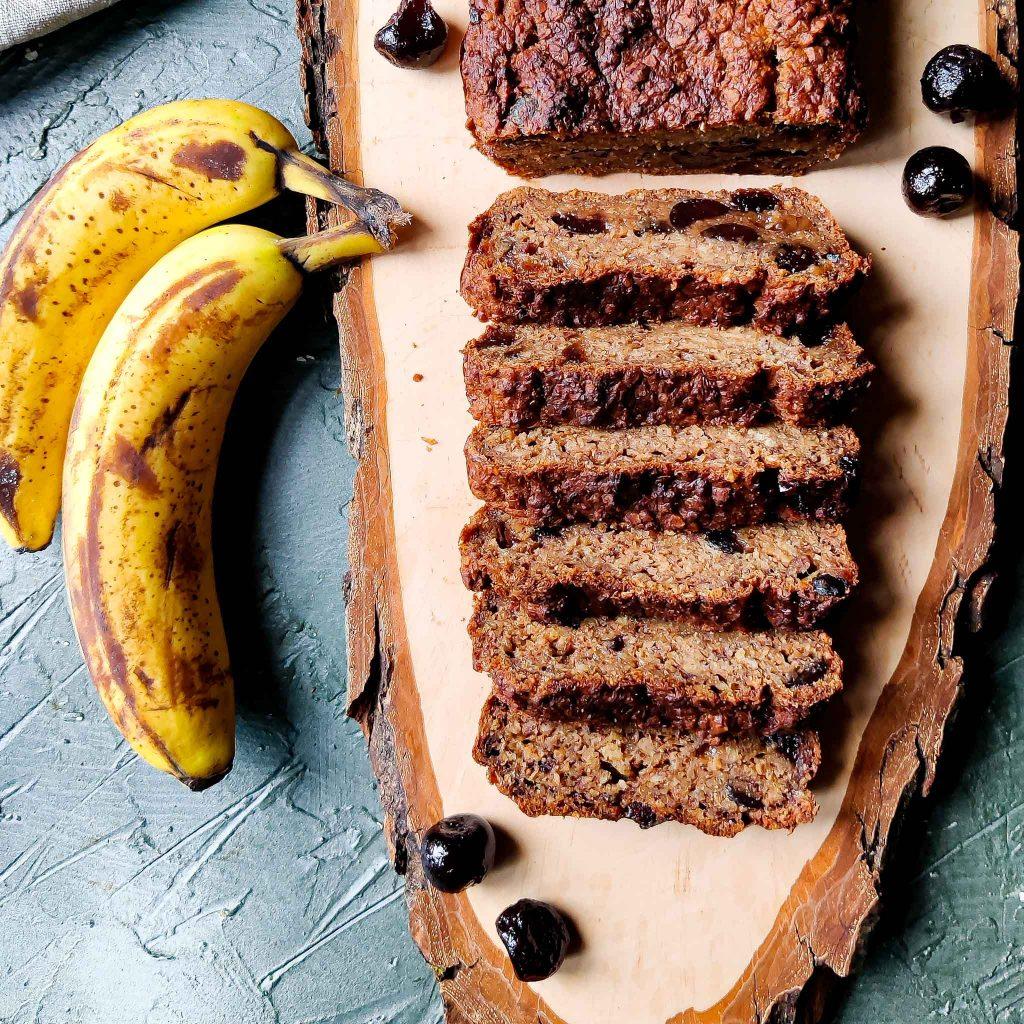 Smeuïg vegan bananenbrood met amarena kersen