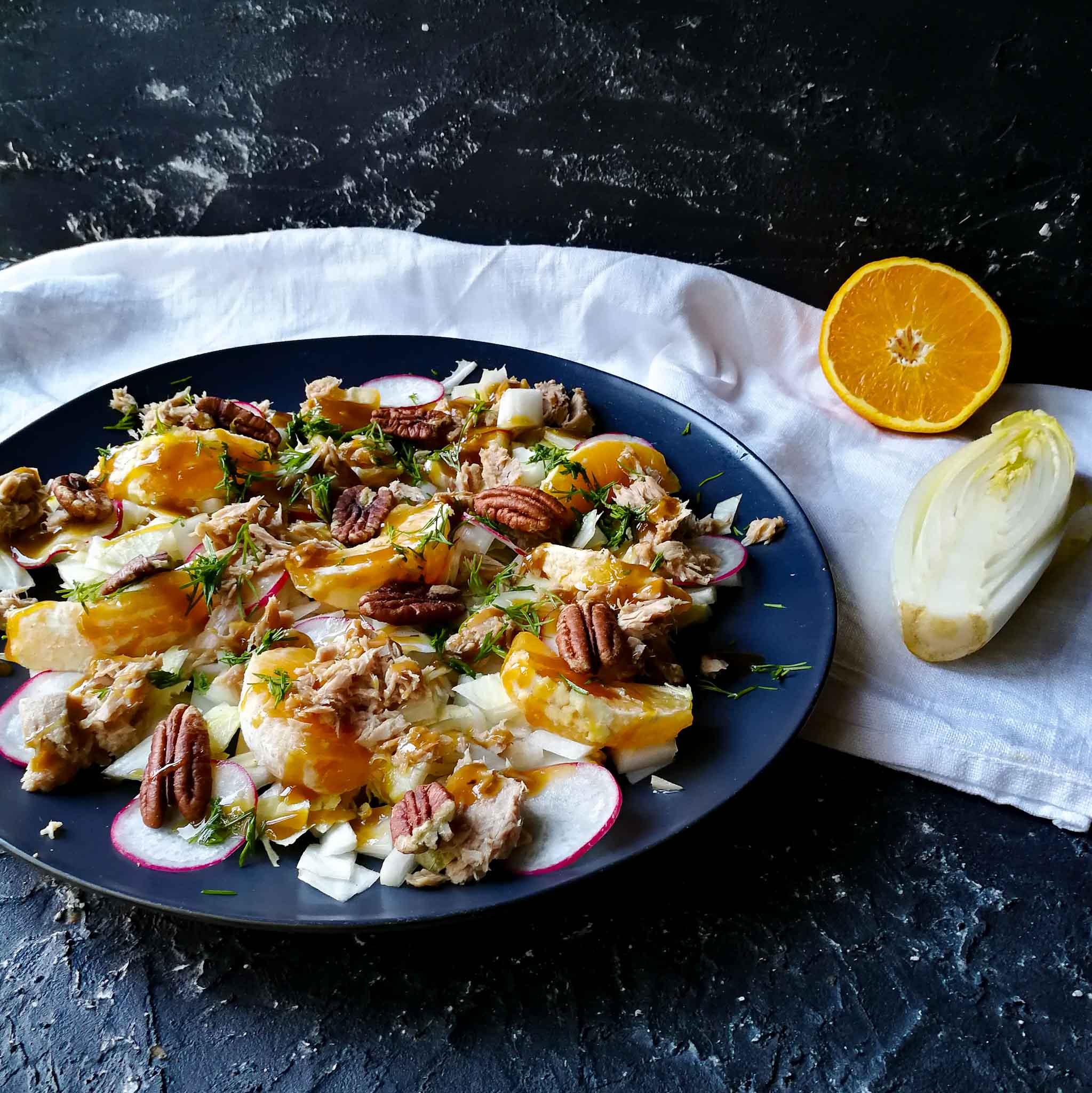 Witlofsalade met sinaasappel, radijs, tonijn en pecannoten