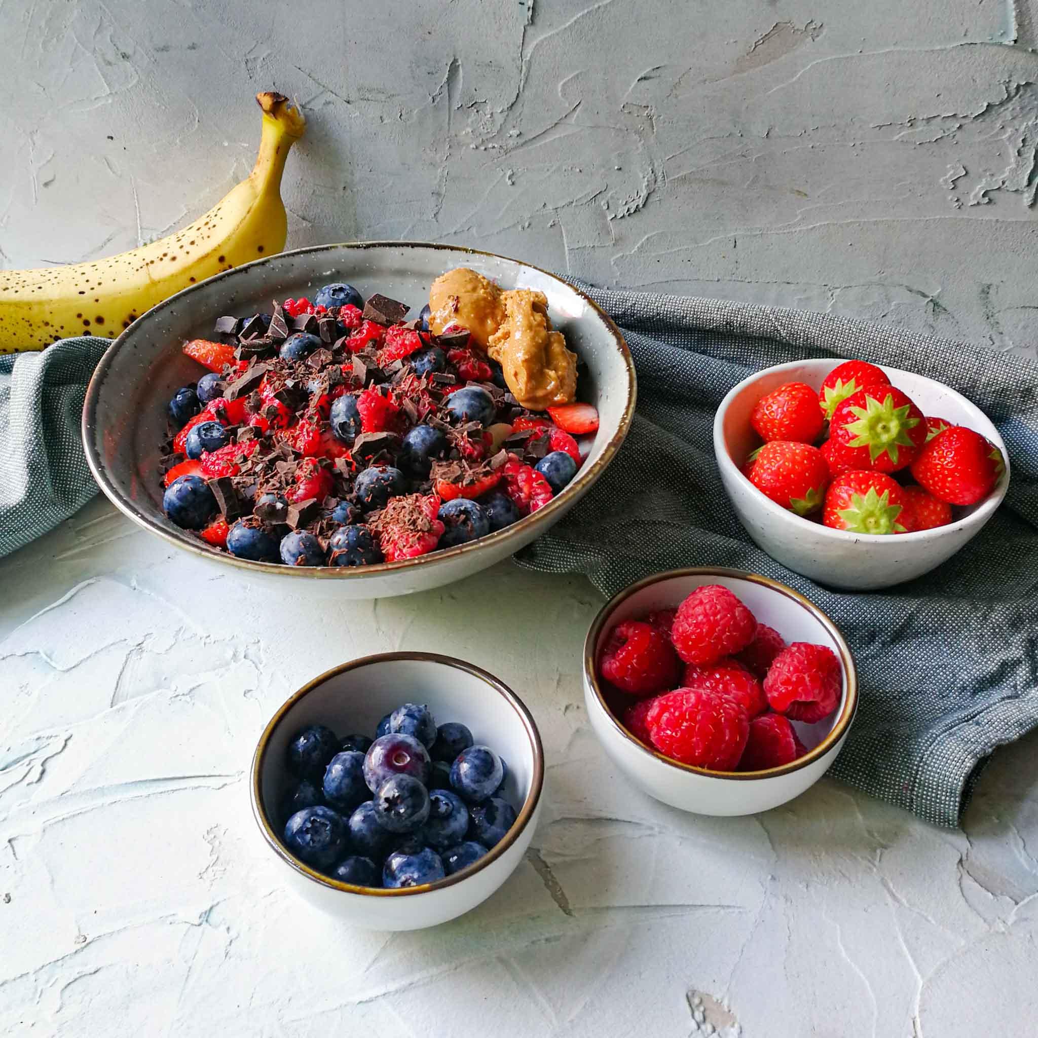 Yoghurt met banaan, rood fruit, pure chocola en pindakaas