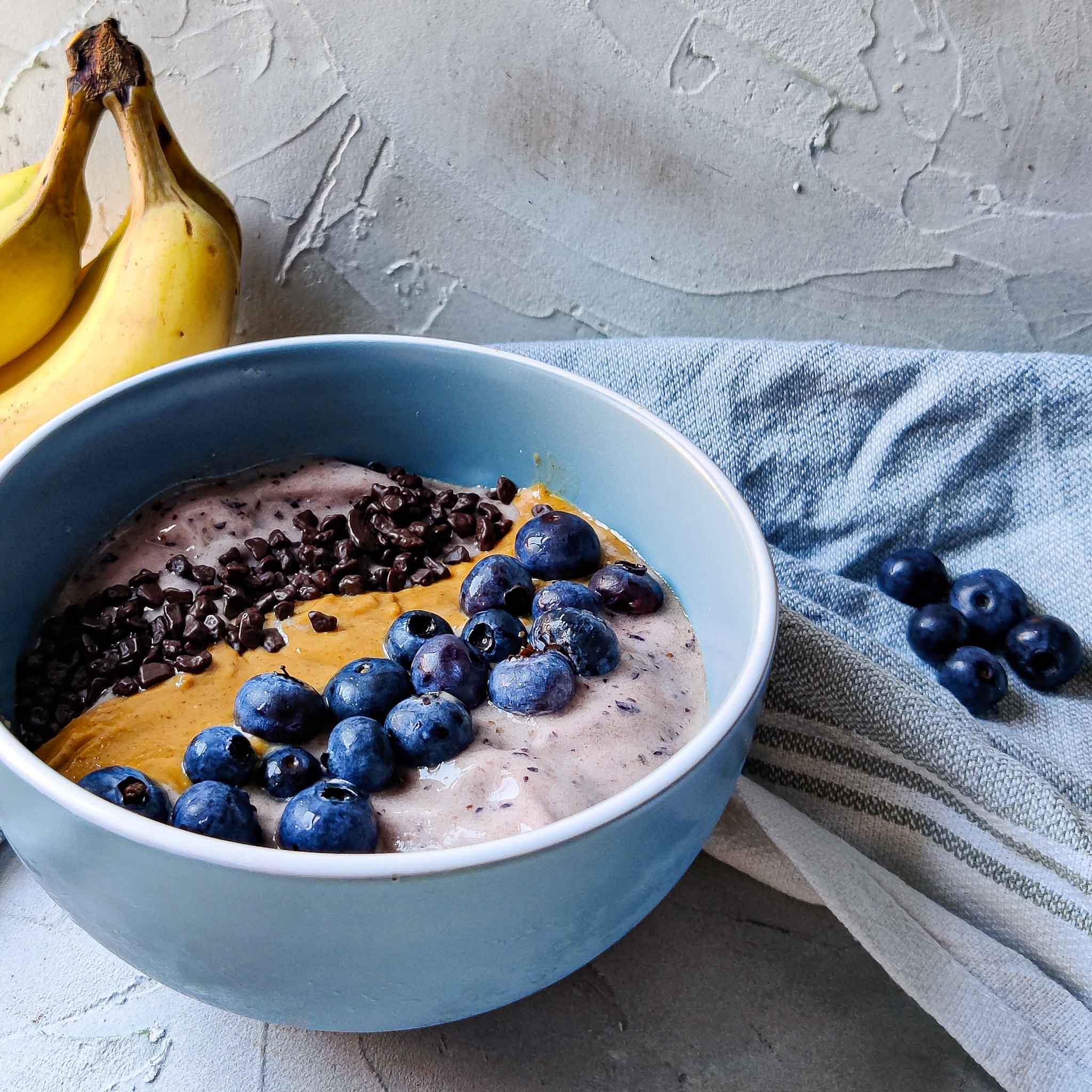 Bananenijs met blauwe bessen, pindakaas en pure chocola
