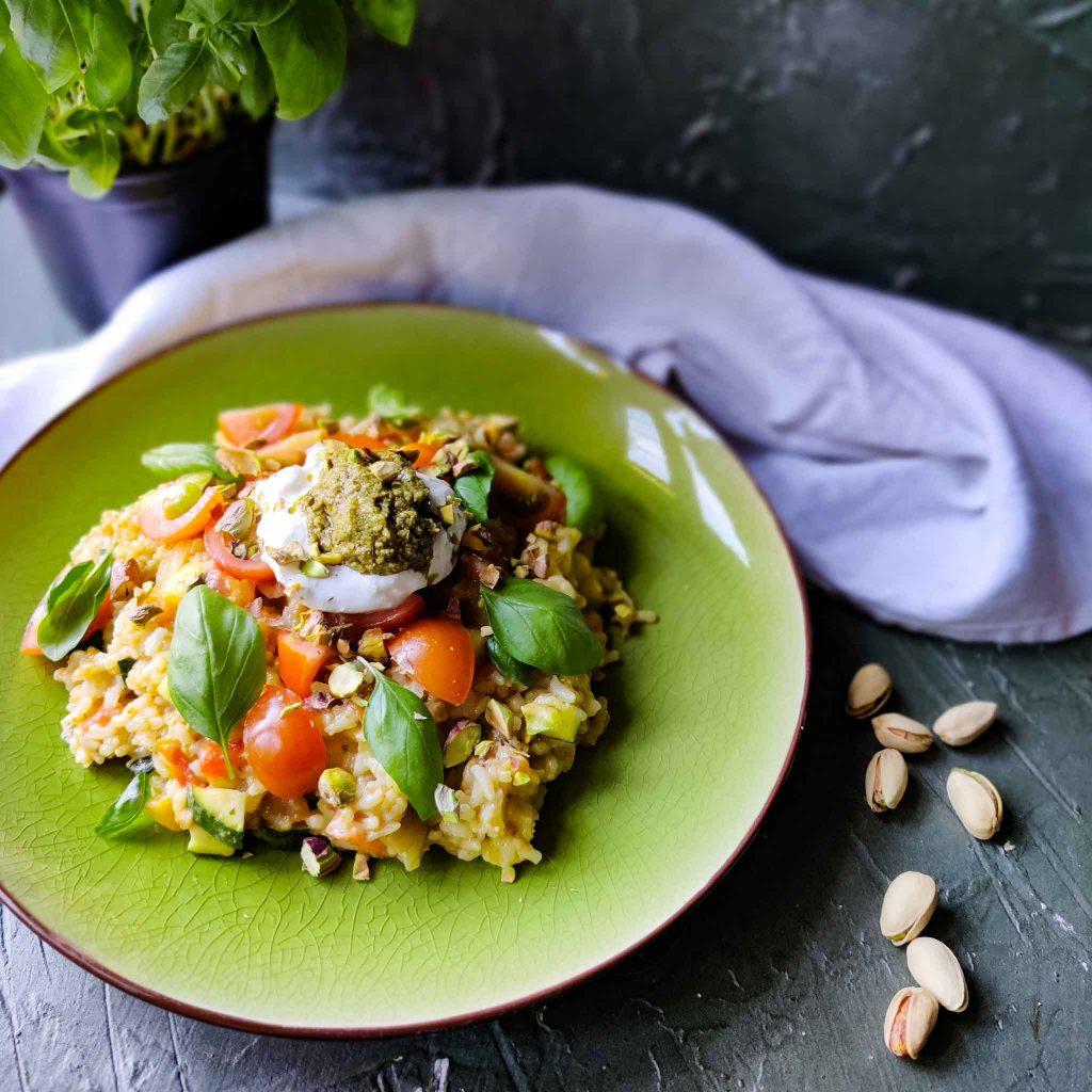 Risotto met pesto, tomaatjes, burrata en pistachenoten