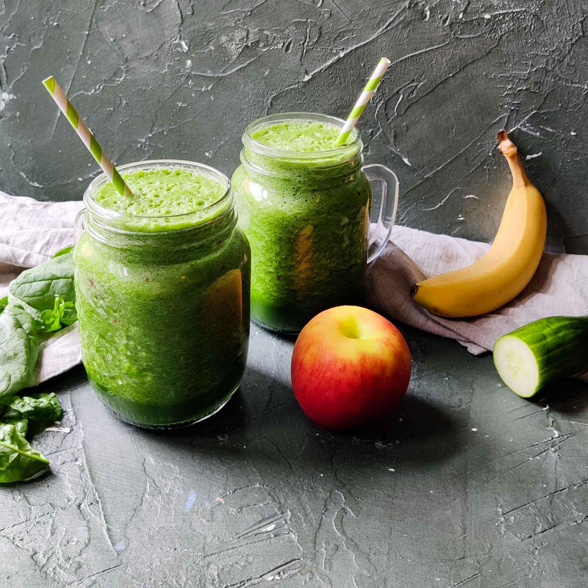 Smoothie van spinazie, banaan, appel, komkommer en limoen