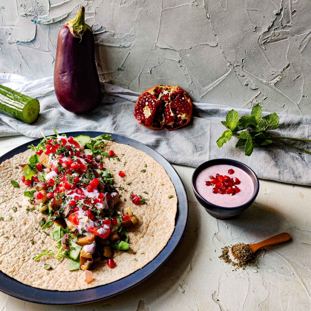 Wraps met aubergine, geitenkaas-granaatappelsaus en munt